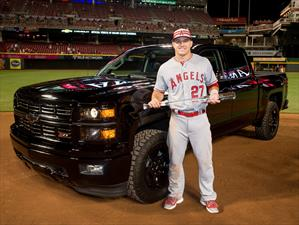Mike Trout es premiado con un Chevrolet Silverado Midnight Edition