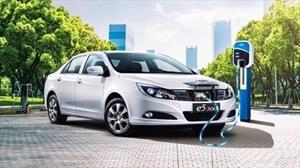 Las ventas de autos eléctricos caen por primera vez en China