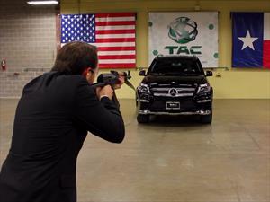 ¿Qué pasa cuando le disparan con un AK-47 a un Mercedes-Benz blindado?