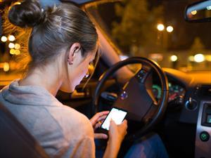 ¿Qué hace un automovilista mientras utiliza su teléfono móvil?