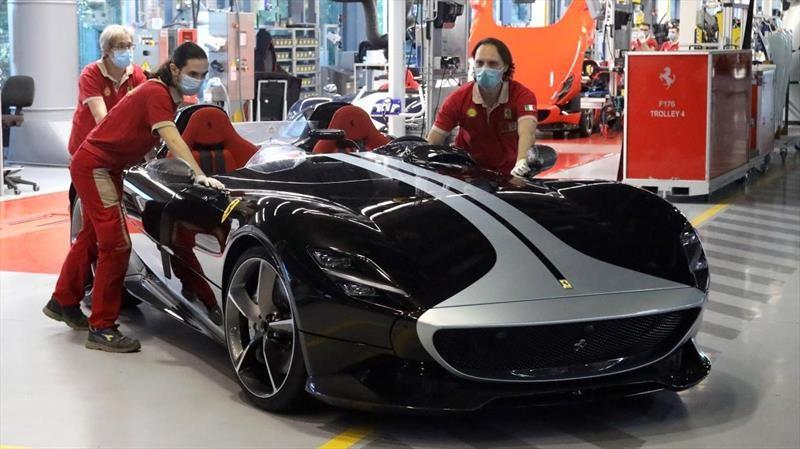 Ferrari reanuda su producción, pero disminuye sus pronósticos
