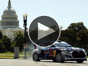 Video: Hyundai Veloster Turbo driftea en Washington D.C.