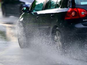 Consejos para manejar seguro bajo la lluvia