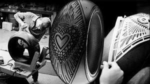 Pirelli y Scott Campbell crean arte sobre neumáticos