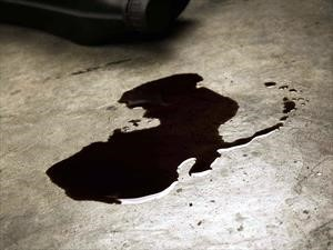 ¿Cómo se limpian los fluidos del motor en el piso?
