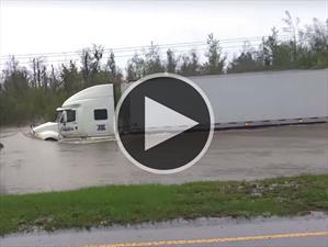 Video: Camión intenta pasar por un camino inundado