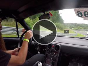 Video: Un modesto Mazda MX-5 desafía a Ferrari y Porsche