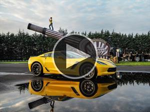 Video: Chevrolet Corvette Z06 contra un hombre bala