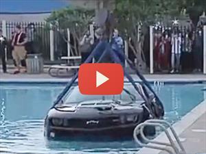 Conductor poco hábil acaba con su Chevrolet Camaro ZL1 en una alberca