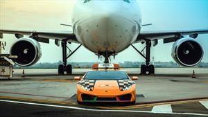 Un Lamborghini trabaja como guía de aviones en el aeropuerto de Bolonia