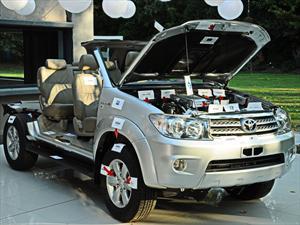 Toyota desnuda una SW4 en honor a sus proveedores
