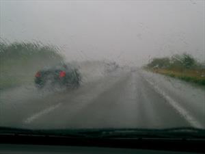 10 consejos vitales para manejar con lluvia