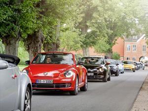 Volkswagen festeja el 20º aniversario de la segunda etapa del Beetle con un radiante desfile