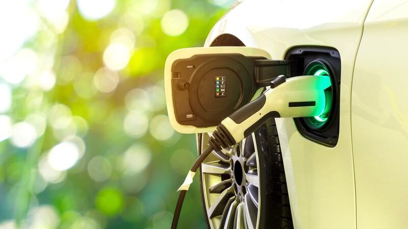 EE. UU. apunta a que la mitad de las ventas de autos nuevos sean electrificados