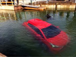 Conductora cae a un lago por seguir la ruta del GPS