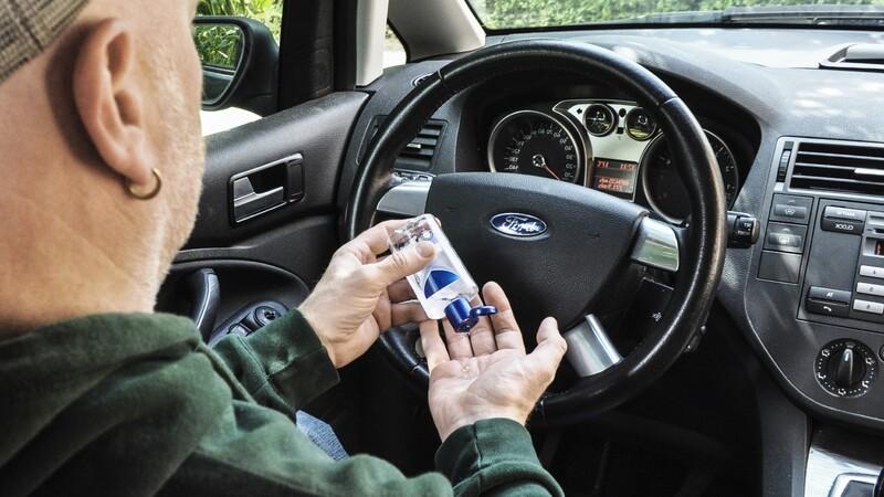 Por qué no es bueno limpiar o desinfectar el interior del automóvil con gel antibacterial