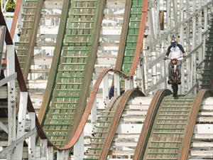 Video: Motociclista haciendo piruetas en la Montaña Rusa de Chapultepec