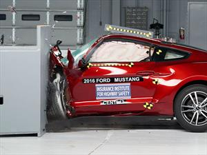 Camaro, Challenger y Mustang pasan raspando las pruebas del IIHS