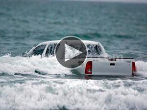 Al agua pato en su Toyota Hilux