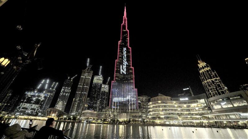 Iluminan edifico más alto del mundo para celebrar llegada de Porsche Taycan a Dubai
