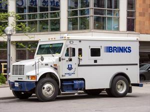 Camión blindado tira por accidente más de $600,000 dólares