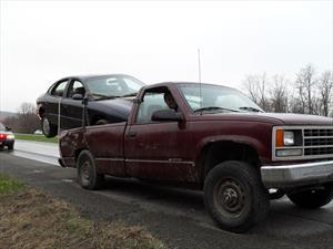 Chevrolet Silverado 1500 transporta un Ford Taurus