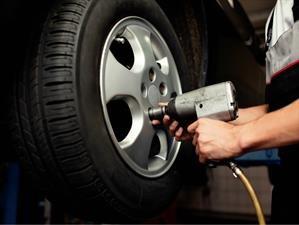 La manera perfecta de rotar los neumáticos de los automóviles