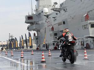 Max Biaggi probando la nueva llanta Pirelli Angel GT para moto