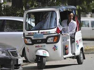 Embajadora de México en India utiliza un Tuk tuk como transporte cotidiano