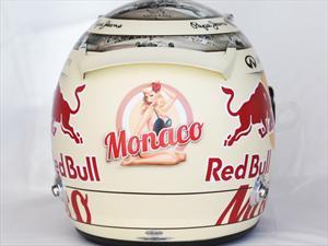 Casco de Sebastian Vettel muestra a una Pinup semidesnuda