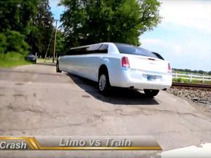 No vas a creer como termina este choque entre un tren y una limusina