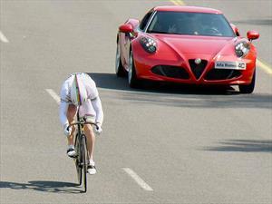 Alfa Romeo 4C vs ciclista ¿Quién gana?