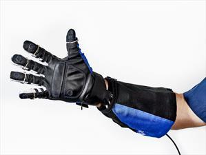 La NASA y General Motors desarrollan guante robótico para operadores