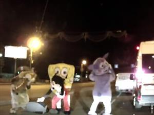 Video: Bob Esponja y compañía golpean a conductor en la calle