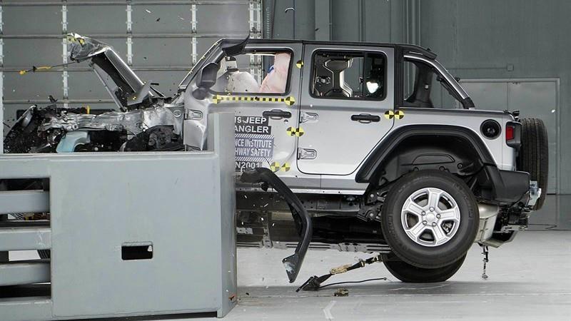 Jeep Wrangler se vuelca en prueba choque
