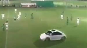 ¡Falta, juez!: Inesperada visita de un Beetle durante un partido de fútbol