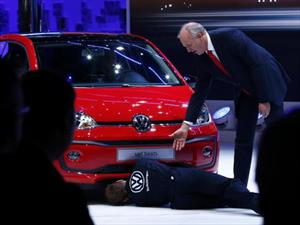 Video: Comediante interrumpe el lanzamiento del Volkswagen up! para recordar el dieselgate