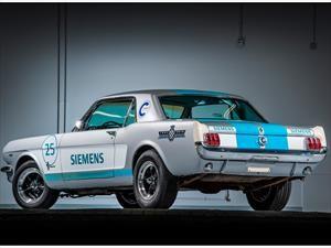 Increíblemente, este Mustang 1965 se maneja solo