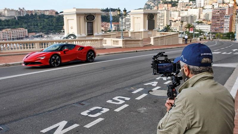 Charles Leclerc rueda por Mónaco en un Ferrari SF90 Stradale