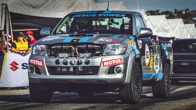 Esta Toyota Hilux tiene motor V12 Biturbo