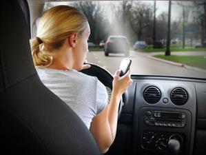 La mitad de los adolescentes utiliza el teléfono mientras conduce