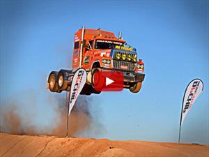 Video: Un camión salta como si fuera canguro