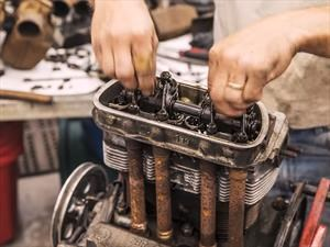 La hipnotizante reconstrucción del motor de un Vocho
