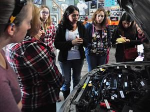 Exitosa primera clínica de mecánica para mujeres por AMC Performance