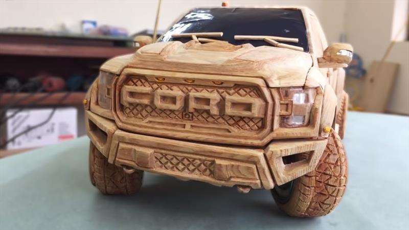 Un artista se especializó en tallar autos a escala en madera