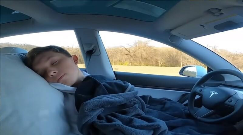 Joven activa el sistema de conducción autónoma de Tesla y se duerme durante el viaje