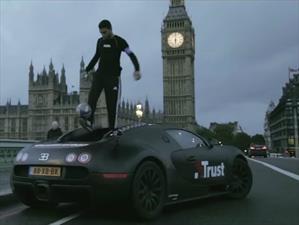 Video: Domina un balón de fútbol sobre un Bugatti Veyron