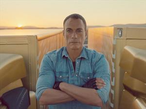 Video: Van Damme hace de las suyas arriba de dos Volvo
