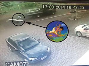 Video: Un ciclista es atropellado y salvado por un colchón