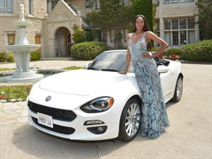 La Playmate of the Year, recibe un FIAT 124 Spider